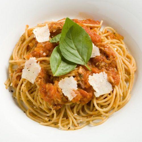 ספגטי עם טונה בשמן זית ועגבניות מיובשות