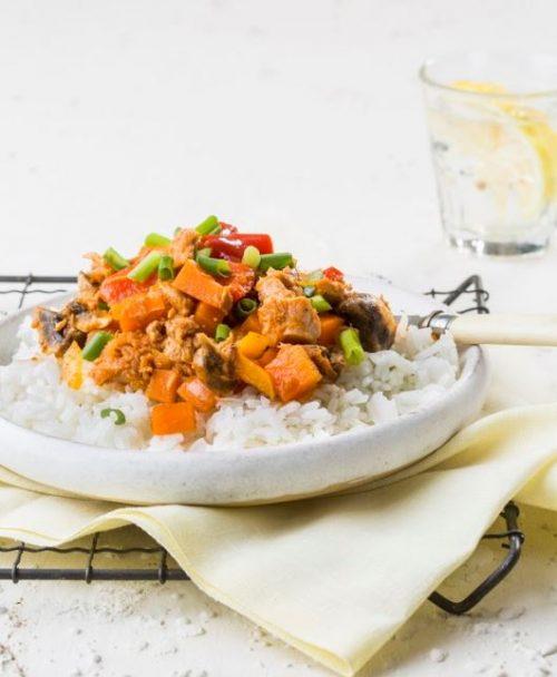 תבשיל טונה וירקות על מצע אורז
